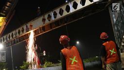 Pekerja melakukan proses pembongkaran Jembatan Penyeberangan Orang Pasar Minggu, Jakarta, Sabtu (6/4). Proses pembongkaran JPO Pasar Minggu ini akan berlangsung hingga 7 April mendatang. (Liputan6.com/Helmi Fithriansyah)