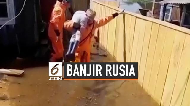 Kawasan Irkustsk di Rusia diterjang banjir hebat. Hujan deras memicu aliran sungai Anggara meluap dan tumpah ke sekitar permukiman.