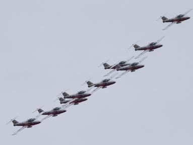 Tim aerobatik militer Kanada, Snowbirds, melakukan manuver formasi udara di atas Kota Toronto, Kanada, Minggu (10/5/2020). Aksi tersebut sebagai bagian dari Operation Inspiration Tour mereka selama wabah COVID-19. (Xinhua/Zou Zheng)