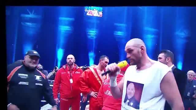 Tyson Fury juara dunia kelas berat versi WBO, IBO dan WBA adalah pendukung setia Manchester United. Selain itu, ia gemar bernyanyi seperti yang dilakukannya usai mengalahkan Wladimir Klitschko beberapa pekan lalu.