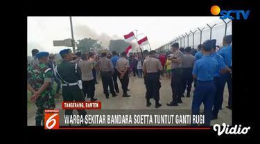 Warga Desa Rengas, Tangerang menuntut ganti rugi tanah yang digunakan sebagai landasan pacu ketiga Bandara Soekarno Hatta.