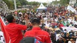 Ribuan honorer K2 seluruh Indonesia berunjuk rasa di depan Istana Merdeka, Jakarta, Selasa (30/10). Mereka juga meminta diangkat menjadi PNS tanpa tes dan tanpa batasan usia. (Liputan6.com/Angga Yuniar)