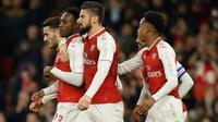 Pemain Arsenal, Danny Welbeck berselebrasi dengan rekan setimnya setelah mencetak gol ke gawang West Ham dalam lanjutan pertandingan Liga Inggris di Stadion Emirates, Minggu (22/4). Arsenal mampu unggul telak dengan skor 4-1. (AP/Alastair Grant)