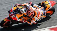 Pebalap Repsol Honda, Marc Marquez, saat beraksi pada tes pramusim MotoGP 2019 di Sirkuit Sepang, Kamis (7/2). Pada tes pramusim kali ini Maverick Vinales menduduki posisi pertama dengan catatan waktu 1 menit 58.897 detik. (AFP/Mohd Rasfan)