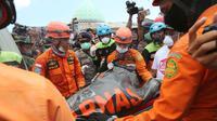 Tim SAR mengevakuasi jenazah korban gempa dari reruntuhan Masjid Jamiul Jamaah di Bangsal, Lombok Utara, Rabu (8/8). Bagian utara Lombok hancur oleh gempa pada Minggu malam dan merusak ribuan bangunan serta menewaskan banyak orang. (AP/Tatan Syuflana)