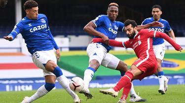 Gelandang Liverpool, Mohamed Salah, berusaha melepaskan tendangan pada laga lanjutan Liga Inggris di Goodison Park, Sabtu (17/10/2020) malam WIB. Liverpool bermain imbang 2-2 atas Everton. (AFP/Laurence Griffiths/pool)