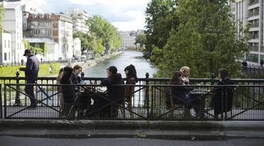 FOTO: Antusiasme Warga Prancis Menyambut Pembukaan Kembali Kafe dan Restoran