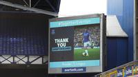 Sebuah layar raksasa di Goodison Park, markas Everton, bertuliskan ucapan 'terima kasih' buat Leighton Baines yang memainkan laga terakhirnya. Bek kiri berusia 35 tahun itu memutuskan pensiun dari sepak bola. (Clive Brunskill/Pool via AP)