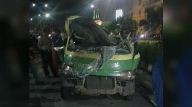 kecelakaan antara angkot dan truk molen