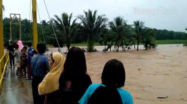 Informasi yang dihimpun, enam desa yang diterjang banjir yakni Desa Kalongsawah, Pamagersari, Jasinga, Pangradin, Koleang, dan Desa Neglasari.