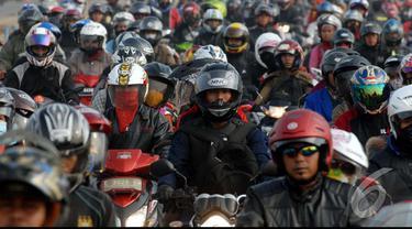 Pemudik motor memadati jalur Karawang - Cikampek di Desa Lamaran, Karawang, Jawa Barat, Sabtu (26/7/2014) (Liputan6.com/Miftahul Hayat)