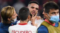 Pemain Sevilla, Youssef En-Nesyri, tampak menangis usai timnya dikalahkan Bayern Munchen pada laga Piala Super Eropa di Puskas Arena, Budapest, Jumat (25/9/2020) dini hari WIB. Sevilla kalah 1-2 oleh Bayern Munchen. (AFP/Tibor Illyes/pool)