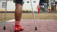 Tim Garuda Indonesia Amputee Football (INAF) mengikuti sesi latihan di kawasan Pesanggrahan, Jakarta, Sabtu (3/8/2019). Latihan tersebut digelar untuk persiapan laga uji coba menghadapi salah satu tim sepak bola amputasi di Inggris dan Jepang pada tahun 2020 nanti. (Liputan6.com/Immanuel Antonius)