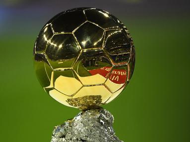 Penghargaan pesepak bola terbaik di dunia, Ballon d'Or edisi tahun 2021 tak lama lagi akan digelar. France Football sebagai penyelenggara telah merilis 30 nama nominasi. Tercatat, ada 5 dari para nominasi yang berusia tak lagi muda, di atas 34 tahun. Siapa saja? (AFP/Gabriel Bouys)