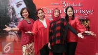 Master Choir Ussy Pieters (kedua kiri) bersama Istri penyanyi Alm Chrisye, Damayanti Noor (kedua kanan) berfoto bersama seusai jumpa pres Konser 3 Dekade Cinta Chrisye di kawasan Mahakam, Jakarta, Jumat (22/7). (Liputan6.com/Herman Zakharia)