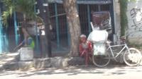 Manusia karung semacam ini, saat ini bertebaran di jalanan kota Semarang. Dampak Pandemi Corona? (foto: Liputan6.com/edhie prayitno ige)