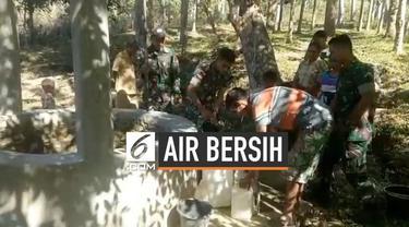 Aparat TNI yang bertugas di wilayah perbatasan RI-Timor Leste membantu masyarakat mencari air bersih di Desa Nananoe, Kecamatan Nanaet Dubesi, Kabupaten Belu, Nusa Tenggara Timur.