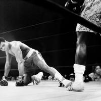 Muhammad Ali saat menjalani pertarungan dengan Joe Frazier pada 1981. (AFP)