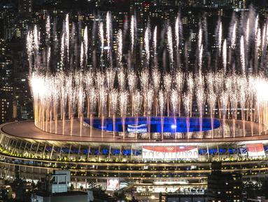Kembang api menerangi langit di atas Stadion Olimpiade selama upacara penutupan Olimpiade Tokyo 2020, di Tokyo, pada 8 Agustus 2021. (AFP/Charly Triballeau)