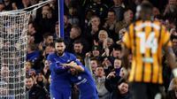 Striker Chelsea, Olivier Giroud, merayakan gol ke gawang Hull City bersama Pedro, pada laga putaran kelima Piala FA, di Stamford Bridge, Sabtu (17/2/2018) dini hari WIB. (AP/Alastair Grant).
