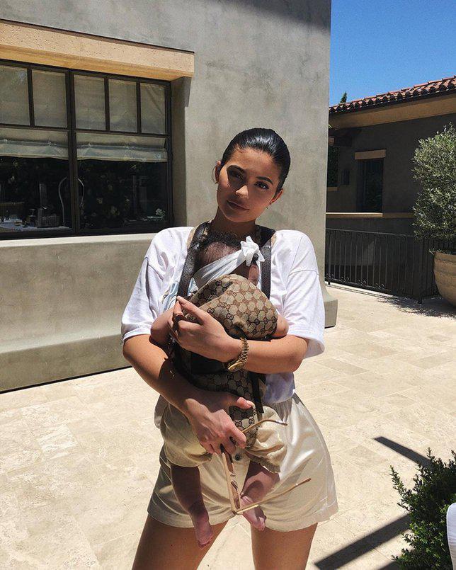 Harga baby carrier pilihan Kylie amat fantastis./copyright  Instagram.com/kyliejenner