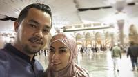 Pasangan suami istri Sultan Djorgi dan Annisa Trihapsari sedang melaksanakan ibadah umrah di Tanah Suci Makkah. Beberapa foto dibagikan oleh bintang sinetron Kau Seputih Melati di Instagram. (Instagram/Sultan Djorghi)
