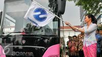 Istri Gubernur DKI Jakarta, Veronica Tan saat meluncurkan bus Transjakarta khusus perempuan di halaman Balaikota, Jakarta, Kamis (21/4). Peluncuran bus khusus wanita bertepatan dengan Hari Kartini. (Liputan6.com/Yoppy Renato)