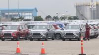 Petugas mengecek mobil Mitsubishi Xpander yang siap diekspor melalui IPC Car Terminal, PT IKT, Cilincing, Jakarta, Rabu (25/4). Pengiriman akan dimulai untuk, sebelum Thailand, Vietnam dan pasar ekspor lainnya. (Liputan6.com/Angga Yuniar)