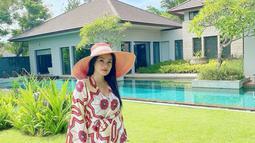 Menyesuaikan dengan tempat berliburnya, yakni Pulau Dewata Bali, istri dari Christian Sugiono ini mengenakan baju yang berbahan tipis agar tidak gerah, selain itu ia juga mengenakan topi supaya melindunginya dari sinar terik matahari. (Liputan6.com/IG/@titi_kamall)