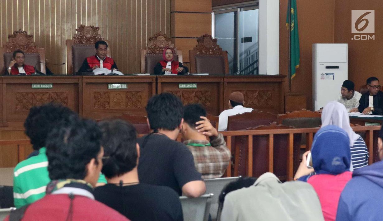 Pimpinan Jamaah Ansharut Daulah (JAD) Zainal Anshori menjalani sidang pembubaran di PN Jakarta Selatan, Selasa (24/7). JAD didakwa sebagai kelompok yang menggerakkan teror di Indonesia. (Liputan6.com/Immanuel Antonius)