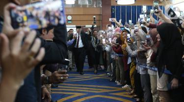 Edhy Prabowo (kiri) bersama Susi Pudjiastuti menyapa para karyawan jelang acara serah terima jabatan (Sertijab) Menteri Kelautan dan Perikanan di Kantor KKP, Jakarta, Rabu (23/10/2019). Edhy menggantikan Susi Pudjiastuti pada Kabinet Indonesia Maju periode 2019-2024. (Liputan6.com/Herman Zakharia)