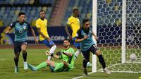 Angel Mena melakukan selebrasi setelah mencetak gol pertama timnya ketika pertandingan Grup B Copa America 2021 antara Brasil melawan Ekuador yang berlangsung di Estadio Olimpico Pedro Ludovico, Brasil pada Minggu (27/06/2021). (AP/Ricardo Mazalan)