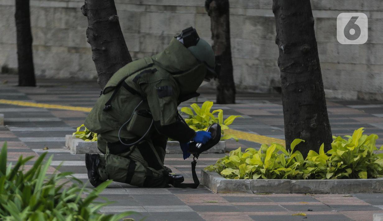 Anggota Gegana memeriksa sebuah tas mencurigakan yang ditaruh di depan Hotel Kempinski, Bundaran HI, Jakarta, Kamis (16/4/2020). Tas mencurigakan tersebut ditinggalkan oleh seorang pria tak dikenal. (Liputan6.com/Faizal Fanani)