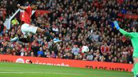 Striker Manchester United (MU) Marcus Rashford mencetak gol ke gawang Liverpool pada pertandingan Liga Inggris di Stadion Old Trafford, Manchester, Inggris, Minggu (20/10/2019). Pertandingan berakhir dengan skor 1-1. (AP Photo/Jon Super)