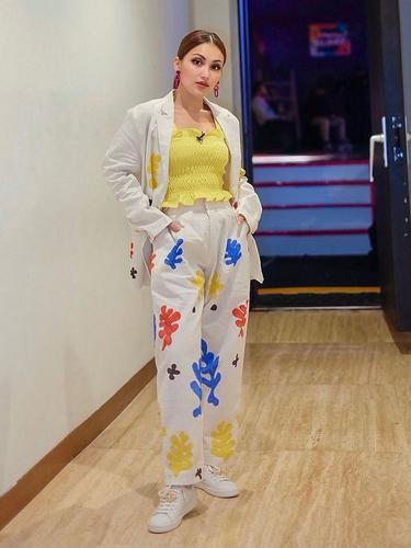 9 Ide OOTD Baju Warna Kuning ala Seleb, Simpel dan Fresh