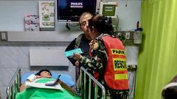Turis Prancis, Benetulier Lesuffleur, dilarikan ke rumah sakit akibat menderita luka serangan buaya yang terjadi di Taman Nasional Khao Yai, Thailand, 1 Januari 2017. Insiden ini terjadi ketika sang turis mencoba ber-selfie dengan seekor buaya. (HO/AFP)