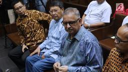 Mantan Direktur Utama PLN, Sofyan Basir (ketiga kiri) jelang sidang perdana kasus dugaan suap proyek PLTU Riau-1 di Pengadilan Tipikor, Jakarta, Senin (24/6/2019). Sidang beragendakan pembacaan dakwaan oleh JPU KPK dan eksepsi oleh penasehat hukum terdakwa. (Liputan6.com/Helmi Fithriansyah)
