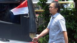 Mantan Pejabat PT Garuda Indonesia (Persero), Heriyanto Agung Putra menghindari awak media usai menjalani pemeriksaan di Gedung KPK, Jakarta, Jumat (4/10/2019). Heriyanto diperiksa terkait kasus suap pengadaan mesin Rolls-Royce PLC untuk pesawat Airbus milik Garuda Indonesia. (merdeka.com/Dwi Narwok