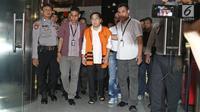 Tersangka kasus korupsi E-KTP Setya Novanto berjalan meninggalkan gedung KPK seusai menjalani pemeriksaan di Jakarta, Senin (20/11). Sebelumnya saat dibawa dari RSCM menuju KPK, Ketua DPR itu tampak duduk di atas kursi roda. (Liputan6.com/Herman Zakharia)