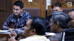 Gubernur nonaktif Jambi, Zumi Zola (kiri) menyimak keterangan saksi saat sidang lanjutan dugaan gratifikasi dan suap di Pengadilan Tipikor Jakarta, Senin (17/9). Sidang menghadirkan saksi dari unsur PNS dan DPRD Jambi. (Liputan6.com/Helmi Fithriansyah)