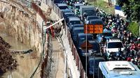 Sejumlah kendaraan terjebak kemacetan di samping proyek pembangunan underpass Mampang, Jakarta, Senin (6/11). Anies beranggapan, tak terdapatnya amdal lalin beresiko pada kemacetan parah di titik-titik pembangunan. (Liputan6.com/JohanTallo)