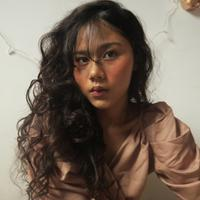 Tidak cuma eksis dengan Dipha Barus saja, penyanyi imut ini juga punya paras wajah ayu yang eksotis. (Sumber foto: cakecaine/instagram)