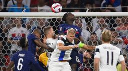 Di menit ke-6 Prancis memiliki peluang lewat sundulan Kurt Zouma memanfaatkan umpan sepak pojok. Namun sundulannya masih belum mengarah tepat ke gawang lawan. (Foto: AFP/Franck Fife)