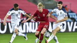 Penyerang Norwegia, Braut Haaland, berusaha melewati pemain Serbia pada laga semi final playoff Euro 2020 di Ullevaal Stadion, Jumat (9/10/2020) dini hari WIB. Serbia menang 2-1 atas Norwegia. (AFP/Fredrik Varfjell/NTB)