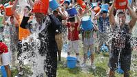 Demi membantu para penderita ALS (amyotrophic lateral sclerosis), ribuan orang New York, AS mengguyur kepalanya dengan seember air es