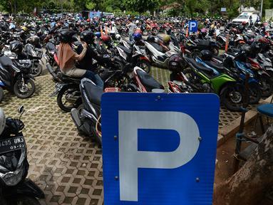 Pengendara motor mencari parkir di Kawasan Irti Monas, Jakarta, Kamis (3/1). Pemerintah Provinsi DKI Jakarta berencana menaikkan tarif layanan parkir per Januari 2019. (Merdeka.com/Imam Buhori)