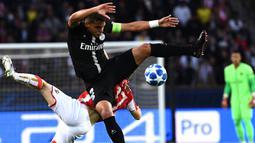 Gelandang Red Star, Marko Marin, berebut bola dengan bek PSG, Thiago Silva, pada laga Liga Champions di Stadion Parc des Princes, Paris, Rabu (3/10/2018). PSG menang 6-1 atas Red Star. (AFP/Anne-Christine Poujoulat)