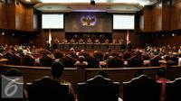 Suasana Mahkamah Konstitusi memutus sebanyak 3 gugatan perkara perselisihan hasil pemilihan (PHP) kepala daerah 2015 yang telah melewati pemeriksaan pokok perkara di Mahkamah Konstitusi, Jakarta, Senin (22/2). (Liputan6.com/Faizal Fanani)