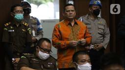 Irjen (Pol) Napoleon Bonaparte (tengah) bersiap menjadi saksi dalam sidang lanjutan dugaan suap penghapusan red notice Djoko Tjandra dengan terdakwa Tommy Sumardi di Pengadilan Tipikor, Jakarta, Selasa (24/11/2020). Sidang beragenda mendengar keterangan saksi. (Liputan6.com/Helmi Fithriansyah)