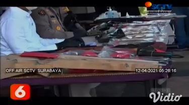 Rumah produksi senjata api rakitan di Banyuwangi, Jawa Timur, digerebek Tim Satreskrim Polresta Banyuwangi, pada hari Sabtu (02/4/2021). Terdapat empat tersangka, satu di antaranya pembuat senjata api rakitan ditangkap polisi.